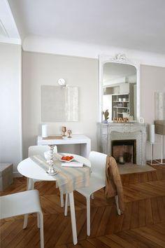 L'appartement haussmannien rénové, a conservé le charme et le cachet de l'ancien. Plus de photos sur http://petitlien.fr/7alw