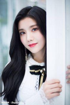 "181106 — Naver x Dispatch updated with IZ*ONE Jacket Shooting for their Mini Album ""COLOR*IZ"" More photos please check here Yu Jin, Brave Girl, Japanese Girl Group, Woollim Entertainment, Jennie, Kim Min, The Wiz, Korean Girl, Korean Idols"