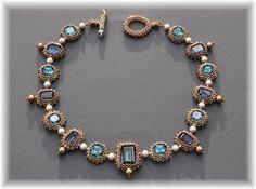 Fortement inspiré par le collier Art Nouveau de Laura McCabe paru dans son livre Crystal Jewelry avec des cabochons carrés arrondis de couleur «indicolite» et des cabochons …