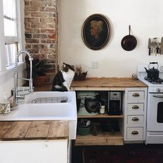 3 Incredible Tips: Retail Counter Tops Woods counter tops kitchen light.Inexpensive Counter Tops Paint Countertops marble counter tops with wood cabinets. Rustic Kitchen, Vintage Kitchen, Kitchen Dining, Kitchen Decor, Decorating Kitchen, Country Kitchen, Nice Kitchen, Kitchen Sinks, Kitchen Island