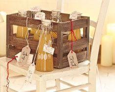 Vitamin C im Sechserpack: Der selbstgemachte Saft aus Quitten und Äpfeln sorgt ganz sicher für Begeisterung bei den Beschenkten, vor allem, wenn ihr ihn in einer hübschen Vintage-Holzkiste arrangiert. Zum Rezept: Quittensaft