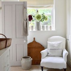 Good Photographs white Farmhouse Lighting Tips Nothing says welcome home much better than farmhouse style Its earthy color scheme rustic ch White Cottage, White Farmhouse, French Cottage, French Farmhouse, Cottage Style, Farmhouse Style, Cozy Cottage, Modern Farmhouse, Country Look