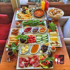 Breakfast Presentation, Food Presentation, Breakfast Platter, Breakfast Recipes, Food Design, Turkish Breakfast, Healthy Snacks, Healthy Recipes, Food Platters