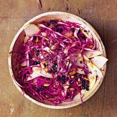 Koolsalade van rode kool met appel, krenten en zonnebloempitjes, uit het kookboek 'Salade, heerlijk vers & gezond' van Mindy Fox. Kijk voor de bereidingswijze op okokorecepten.nl.