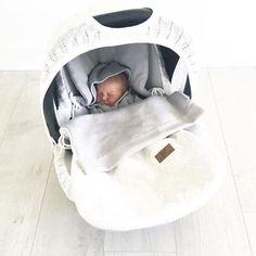 Tämän pikkuisen pojan kaunis äiti on valinnut turvakaukaloon todella tyylikkään setin: Baby's Onlyn valkoisen kesälämpöpussin ja valkoisen suojaavan kuomun & päällisen  Tuolle kevytlämpöpussille onkin tullut monessa vauvaperheessä runsaasti käyttöaikaa tässä alkukesän aikana, helpottaa kovasti sitä arvailua, tuliko pienelle varmasti tarpeeksi päälle! Kiitos suloisesta kuvasta Leena-Emilia @leenaemili