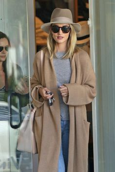 "runwayandbeauty: "" Rosie Huntington-Whiteley stepped out in Beverly Hills for a spot of shopping at the Fred Segal store, March "" Mode Style, Style Me, Elegantes Outfit, Mode Vintage, Look At You, Casual Chic, Autumn Winter Fashion, Winter Style, Mantel"