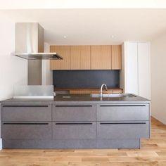 先日のお引き渡し。リクシルのリシェル。  ※決してリクシルの宣伝ではありません。(笑)  造作カップボードの背面にもリシェルと同じ素材感の部材を貼りました。    #グランハウス#設計事務所#住宅設計  #注文住宅#リクシル#リシェルsi#リクシルキッチン  #リシェル#リクシルキッチン#システムキッチン  #キッチン#オープンキッチン#キッチン収納  #かっこいいキッチン#造作キッチン #家具  #造作家具#造作カウンター #カップボード  #レンジブード#造作収納#インテリア