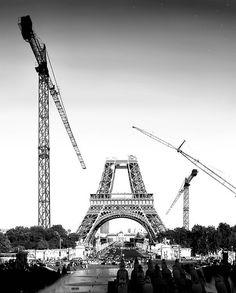 A estrutura da Torre Eiffel começou a construir-se em 1887 para servir de arco de entrada na Exposição Universal, uma feira mundial organizada para comemorar o centenário da Revolução Francesa. A torre foi inaugurada no dia 31 de Março de 1889 e foi aberta ao público no dia 6 de Maio desse ano. Perto de duzentos operários encaixaram as 18.038 peças de ferro, usando dois milhões e meio de parafusos, seguindo o design estrutural de Maurice Koechlin.