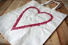 Taška se srdcem - Obyčejnou tašku snadno ozdobíme, když tvar srdce vytečkujeme pomocí tužky s gumou na konci. Tu namáčíme do barev a postupně vytečkujeme celé srdce. Nezapomeňte dovnitř vložit tvrdý karton, aby se Vám barva neprosákla na druhou stranu. ( DIY, Hobby, Crafts, Homemade, Handmade, Creative, Ideas)