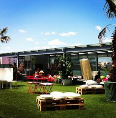 If you're looking for a place to have a nice picnic in the middle of the Salamanca district, you'll be surprised by this suggestion: the roof top of the ABC Serrano shopping mall. Outdoor Furniture Sets, Outdoor Decor, Rooftop, Madrid, Picnic, City, Amazing, Places, Bucket