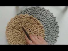 Podkładki pod talerze, serwetki ze sznurka bawełnianego. Ładne wykończenie. - YouTube Watch V, Merino Wool Blanket, Crochet Baby, Napkins, Make It Yourself, Blog, Diy, Crocheting, Knits