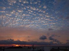 Desde las Islas Canarias  ..Fotografias  : Amanecer con cielo  empedrado en Puerto del Rosari...