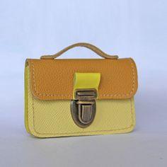 http://www.papaetmaman.fr/porte-monnaie-porte-carte-en-cuir-moutarde-et-jaune-3539.html Porte monnaie cuir moutarde !  #cuir #moutarde #papaetmaman #faitmainpourenfantcestpapaetmaman