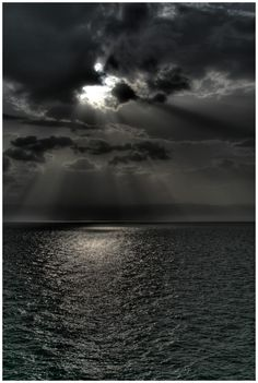 What a scene.dark skies, dark water and a reassuring beam of moonlight. God is in control! Beautiful Sky, Beautiful Places, Beautiful Pictures, Grey Skies, Dark Skies, Black White Photos, Black And White Photography, Dark Photography, Skier