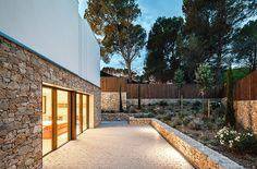 Espectacular casa mediterránea con una fachada de muros de piedra natural…