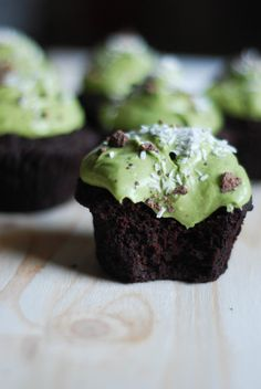 Vegan gluten-free Matcha Chocolate Cupcakes that are super fudgy rich and healthy decadence! Matcha Cupcakes, Vegan Cupcakes, Chocolate Cupcakes, Vegan Cake, Green Tea Dessert, Matcha Dessert, Cupcake Recipes, Cupcake Cakes, Dessert Recipes