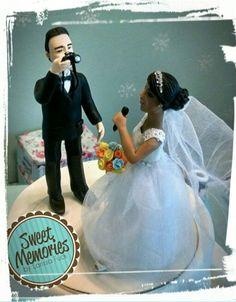 Topo de bolo personalizado. Noivo fotógrafo e noiva cantora.