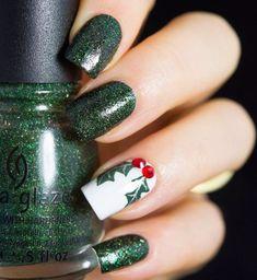 Decoración de uñas navideñas en color verde y blanco
