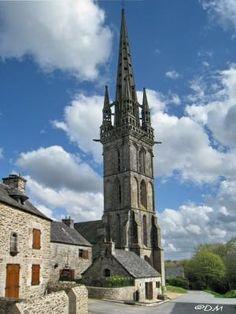 Chapelle de Lambader à #Plouvorn a été construite entre 1452 et 1440 mais a subi la reconstruction de son clocher qui culmine à 57 mètres et fait la fierté des habitants. Un dicton local dit que « Si le Kreisker était abattu, Lambader n'aurait pas son pareil. Cette chapelle faisait partie d'un ensemble, il persiste le calvaire et deux fontaines ainsi que de belles maisons anciennes aux alentours.  la chapelle un magnifique jubé Renaissance, une statuaire très riche .