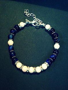 Bracelet femme fait main, composé de perles en procelaines, de perles en lapis lazuli, de perles en métaux (sans nickel) et de strass. La longueur du bracelet est ajustable grâce à sa chainette. Il mesure 18cm au plus court et 22cm au plus long. Envoyé avec un emballage pret à offrir. FRAIS