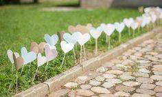 Decore o caminho até o altar com coraçõezinhos feitos de papel. Fica supercharmoso!