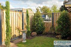 Een basis schutting met een 21-planks tuinscherm en antraciete betonpalen.