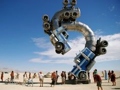 Mike Ross is an architect who has been projecting buildings and sculptures at a monumental scale since 1998. Among his many works of art, the big rig jig, in the middle of the Nevada desert (USA), is a stand- out.