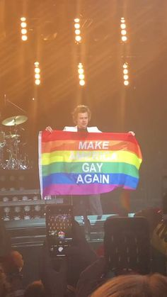 "British singer-songwriter Harry Styles held up a rainbow flag that said ""Make America Gay Again"" at his Philly concert June 2018 Harry Styles Mode, Harry Edward Styles, Harry Styles Concert, Zayn Malik, Niall Horan, Louis Tomlinson, Lgbt Flag, Gay Aesthetic, Harry Styles Pictures"