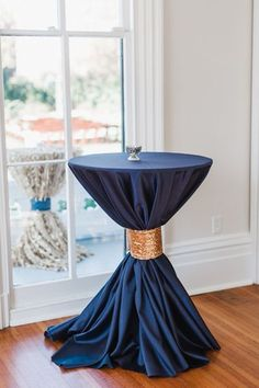 and Pink Wedding by Viva L'Event navy and gold cocktail table Cocktail Table Decor, Cocktail Tables, Wedding Table Linens, Wedding Table Settings, Table Wedding, Rose Wedding, Dream Wedding, Glitter Wedding, Wedding Flowers