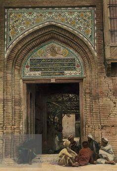 Iraq, Baghdad, entrance to the mosque and the shrine of Sheikh Abdul Qadir Jilani.