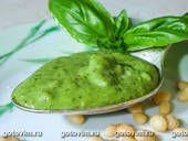Соус песто из рукколы с грецкими орехами      руккола - 100г     орехи грецкие - 50г     пармезан - 50г     чеснок - 3 зубчика     масло оливковое     специи - по вкусу.