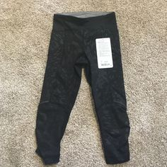 Lululemon stash it crop Must have ✔️ bundle and save!! No trades sorry!! lululemon athletica Pants