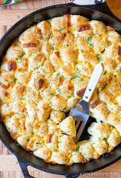 Simple Cheesy Garlic Pull Apart Bread recipe made in a skillet! This tantalizing party snack makes little bites of cheese bread that can be dipped! Side Recipes, New Recipes, Cooking Recipes, Favorite Recipes, Green Chile Cornbread Recipe, Best Yeast Rolls, Garlic Monkey Bread, Cheesy Garlic Bread, Artisan Bread Recipes