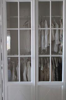 Vita drömmar & busiga barn: platsbyggda garderober med gamla fönster som dörrar