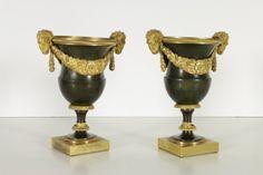 Coppia di vasi in bronzo