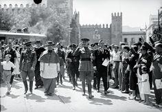 El general golpista Queipo de Llano y el cardenal Ilundáin en la Plaza del Triunfo (Sevilla) el 18 de agosto de 1937. Fototeca Municipal. Archivo Serrano.
