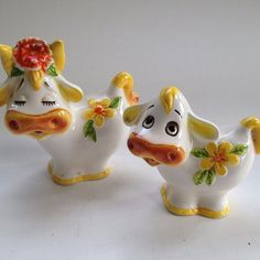My grandmother collected salt & pepper shakers and these date back to around Vintage Dishware, Vintage Ceramic, Salt N Peppa, Old Cottage, Cottage Furniture, Salt And Pepper Set, Cream And Sugar, Collectible Figurines, Salt Pepper Shakers