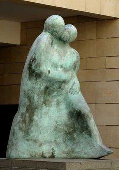 sculpture Baiser Promenade de Chantal Blanchy . Paris 9e