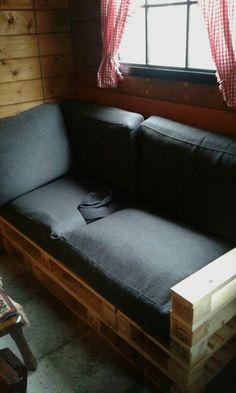 Loungebank van oude pallets.