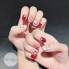Một mẫu hoa mới cho mấy nàng bánh bèo nè 😙🌸🌼🌺 #ttlnails ----------------------------- Dịch vụ làm móng F Stylish Nails, Trendy Nails, Cute Nails, New Year's Nails, Hair And Nails, Gel Nails, Gel Nail Designs, Cute Nail Designs, Kawaii Nail Art