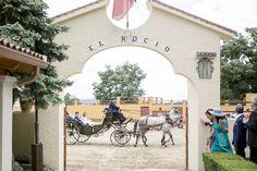 LLegada de los novios en carruaje a Finca el Rocío de Miraflores de la Sierra.  #fincabodas #cochebodas #llegadadenovios #fotografobodas #bodasmadrid Sierra, Parts Of The Mass, Boyfriends