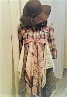 Chemise Boho kimono, veste bohème flanelle aux tonalité de vieux rose et de gris, vêtement romantique de festival ou tout simplement une tunique originale et unique pour ne ressembler à personne dautre... Cette pièce est faite main, avec un assemblage de tissus flanelle, dentelle, voile, lin et coton. J'aime énormément cette pièce avec un jean slim, des bottes et un grand chapeau. Taille française 40 ou L en correspondance. Merci de votre visite :)))