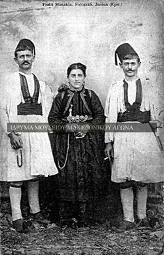 Greek Traditional Dress, Traditional Outfits, Greek Costumes, Old Greek, Photographs Of People, Folk Costume, Macedonia, Old Photos, Folk Art