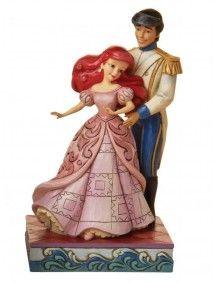 O topo de bolo mostra a Pequena Sereia com seu príncipe encantado, depois de se tornar humana.