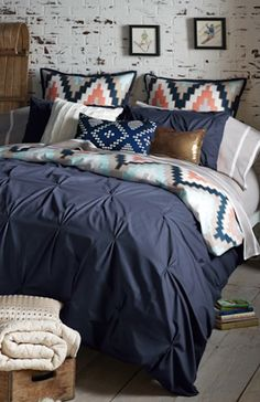 love this navy blue bedding