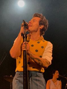 Shakira, Beautiful Boys, Pretty Boys, Harry Por, Harry Styles Wallpaper, Harry Styles Pictures, Mr Style, Louis And Harry, Treat People With Kindness