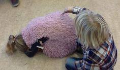 kringactiviteit herfst: hoeveel stekels heeft de egel gekregen (egel moet raden hoeveel wasknijpers hij heeft)