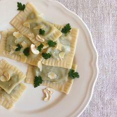 Maultaschen mit grünen Bohnen, Cashewkernen und Limettensaft Vegan Dishes, Pasta Salad, Camembert Cheese, Bread, Dining, Ethnic Recipes, Food, Motivation, Live