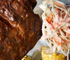 Coleslaw – denna fantastiskt enkla och goda sallad som passar utmärkt till allt grillat. Servera denna krämiga coleslaw till revbensspjäll, grillad kyckling eller hamburgare.
