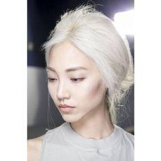 Cheveux blancs jeune Plus